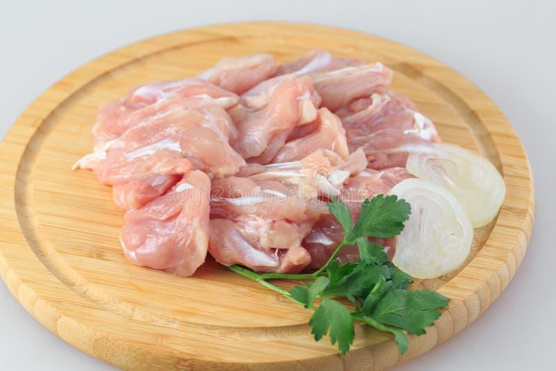 Ακατέργαστο goulash κοτόπουλου σε ένα άσπρο υπόβαθρο στοκ εικόνες με δικαίωμα ελεύθερης χρήσης