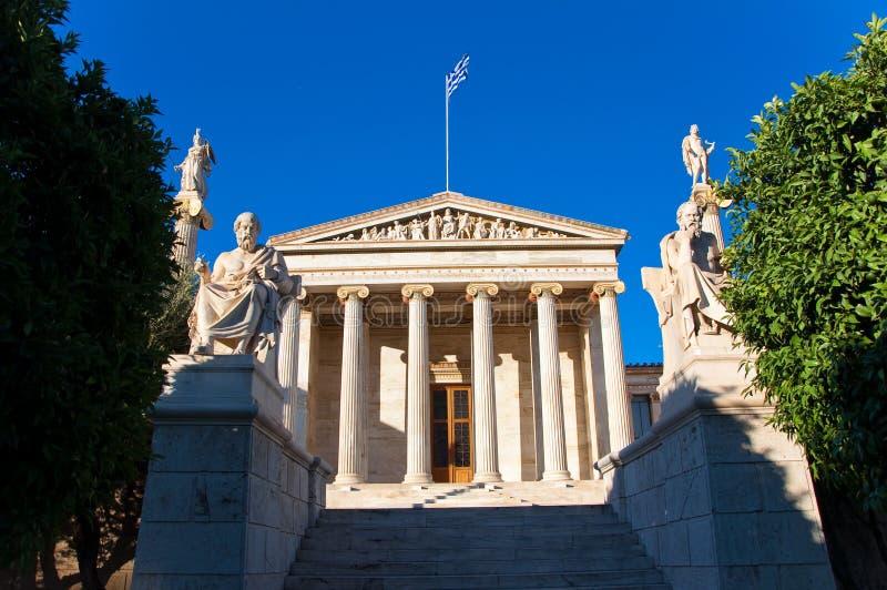 Ακαδημία της Αθήνας με Πλάτωνα και το μνημείο του Σωκράτη. στοκ εικόνα