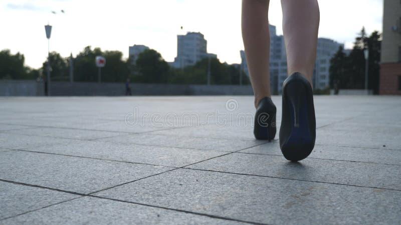 Ακολουθήστε στα θηλυκά πόδια στα υψηλά παπούτσια τακουνιών περπατώντας στην αστική οδό Πόδια της νέας επιχειρησιακής γυναίκας σε  στοκ εικόνες