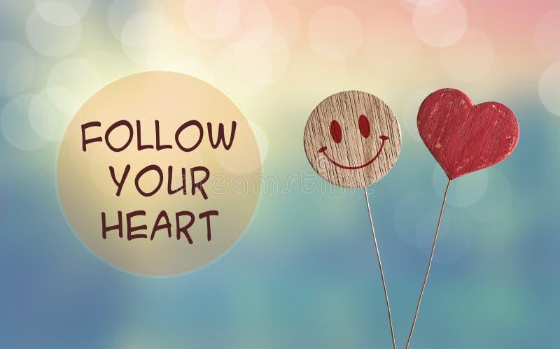 Ακολουθήστε την καρδιά σας με την καρδιά και το emoji χαμόγελου στοκ φωτογραφία με δικαίωμα ελεύθερης χρήσης