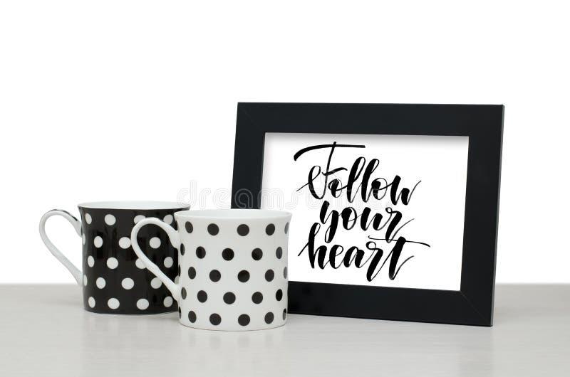 Ακολουθήστε την καρδιά σας Χειρόγραφο κείμενο Σύγχρονη καλλιγραφία Μαύρο W στοκ φωτογραφία με δικαίωμα ελεύθερης χρήσης