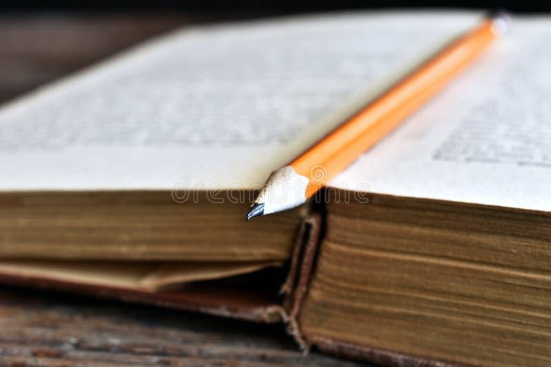 Ακονισμένο μολύβι και παλαιό βιβλίο στοκ εικόνα με δικαίωμα ελεύθερης χρήσης
