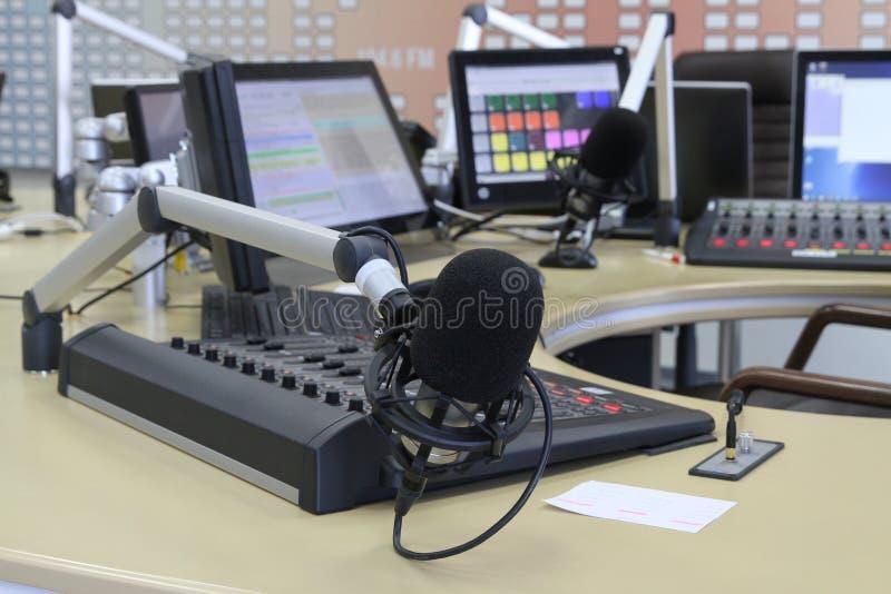 Ακουστικά εξογκώματα αναμικτών κατά τη διάρκεια της ζωντανής τηλεοπτικής εκπομπής TV στοκ εικόνες με δικαίωμα ελεύθερης χρήσης