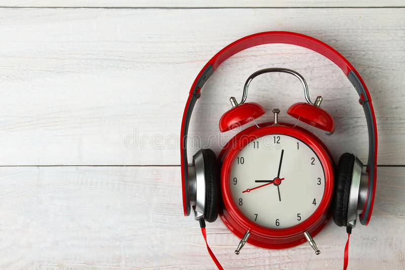 Ακουστικά και ξυπνητήρι στοκ εικόνες με δικαίωμα ελεύθερης χρήσης