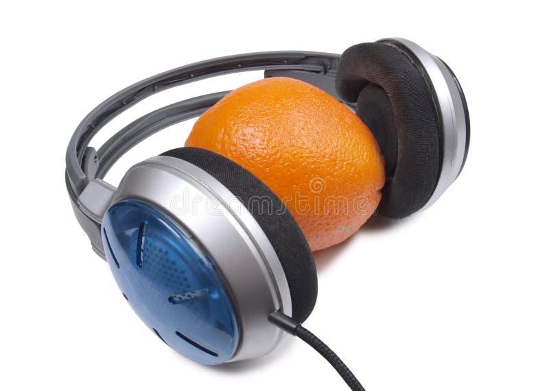 Ακουστικά και πορτοκάλι δύο στοκ φωτογραφίες