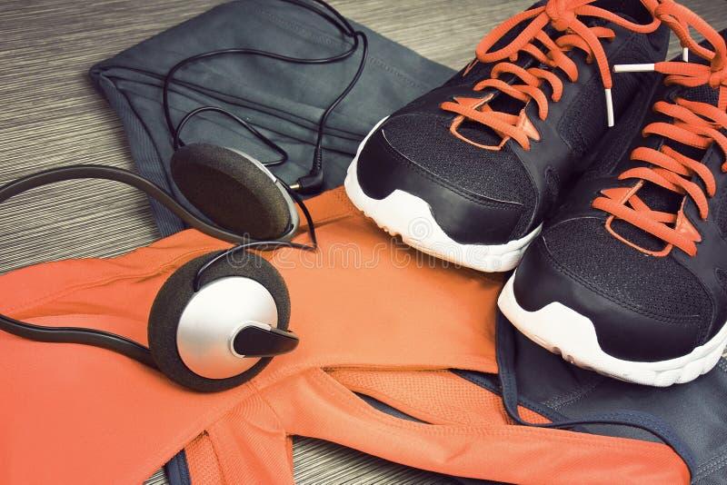 Ακουστικά και smartphone για να ακούσει τη μουσική επιλύοντας στο κέντρο ικανότητας στοκ φωτογραφία με δικαίωμα ελεύθερης χρήσης