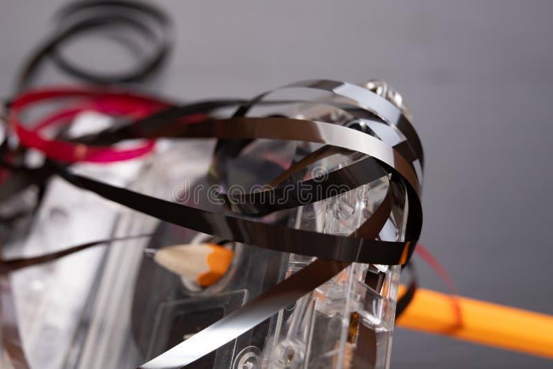 Ακουστικά κασέτα και μολύβι σε έναν μαύρο πίνακα Παλαιός μαγνητικός μεταφορέας στοιχείων στοκ φωτογραφία με δικαίωμα ελεύθερης χρήσης