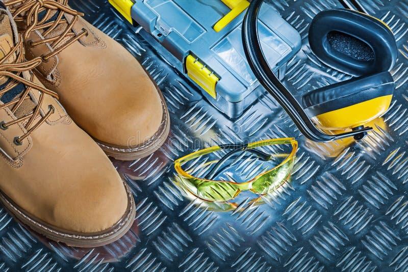 Ακουστικά κιβωτίων εργαλείων προστατευτικών διόπτρων μποτών εργασίας στοκ φωτογραφία