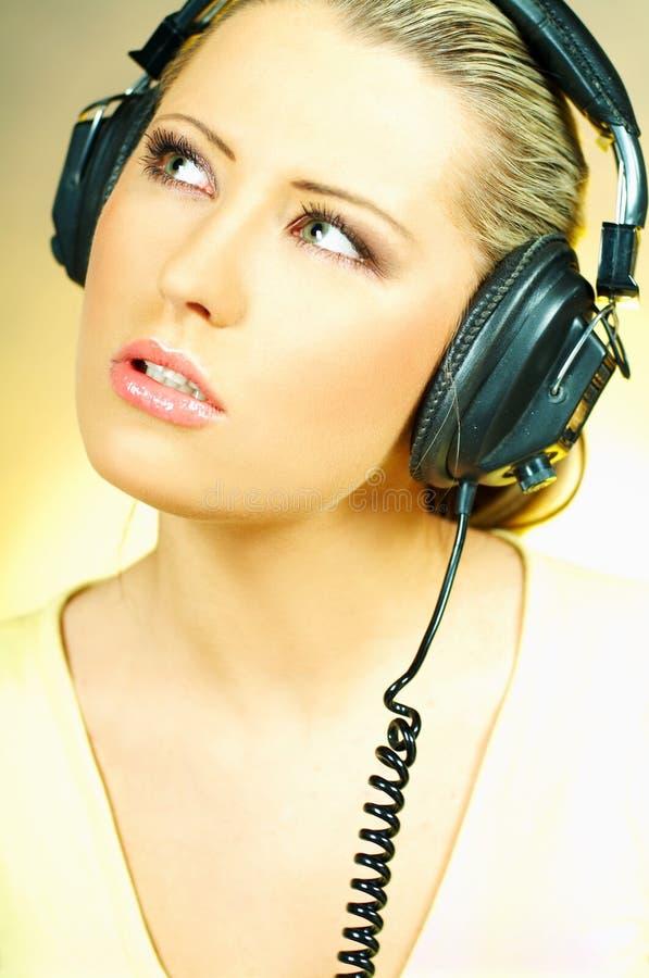 ακουστικά κοριτσιών προκλητικά στοκ εικόνες με δικαίωμα ελεύθερης χρήσης