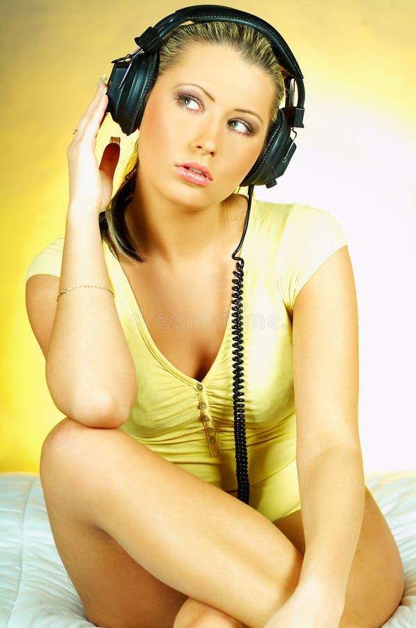 ακουστικά κοριτσιών προκλητικά στοκ φωτογραφία
