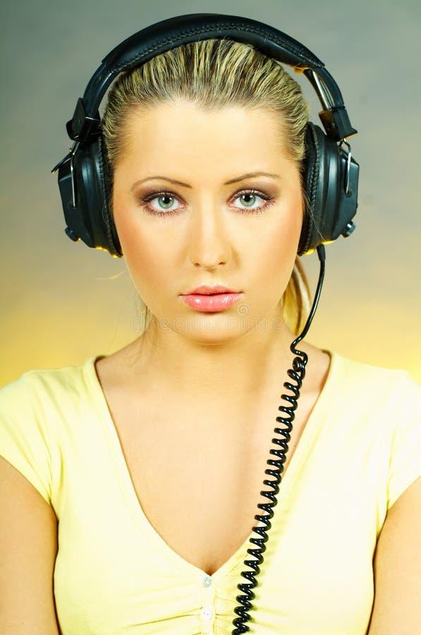 ακουστικά κοριτσιών προκλητικά στοκ φωτογραφίες