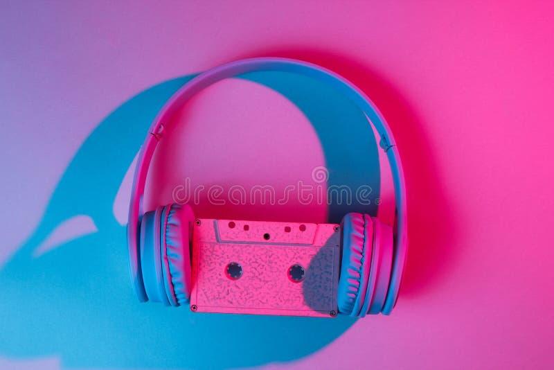 Ακουστικά με την ακουστική κασέτα η δεκαετία του '80 στοκ εικόνες