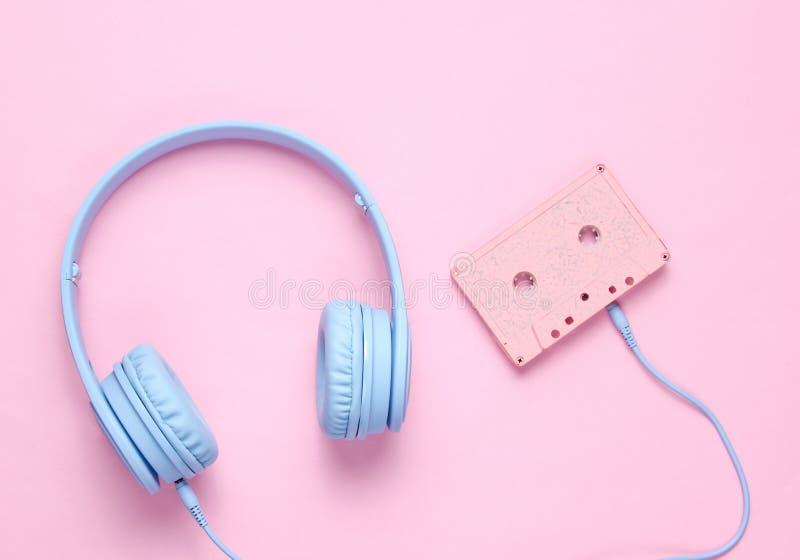 Ακουστικά με την ακουστική κασέτα στοκ εικόνα με δικαίωμα ελεύθερης χρήσης