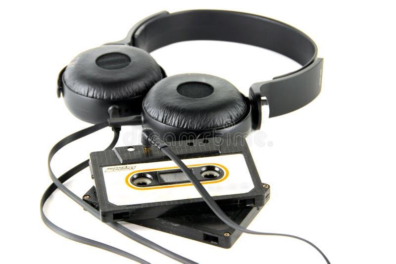 Ακουστικά με τη συμπαγή κασέτα στοκ εικόνες