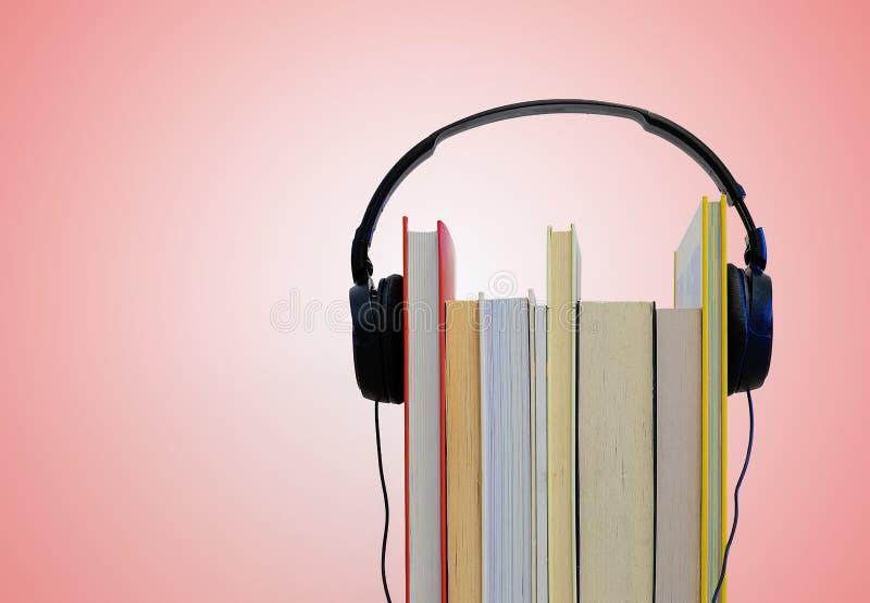 Ακουστικά πέρα από τα βιβλία Ανάγνωση και ακουστική έννοια βιβλίων στοκ εικόνες με δικαίωμα ελεύθερης χρήσης