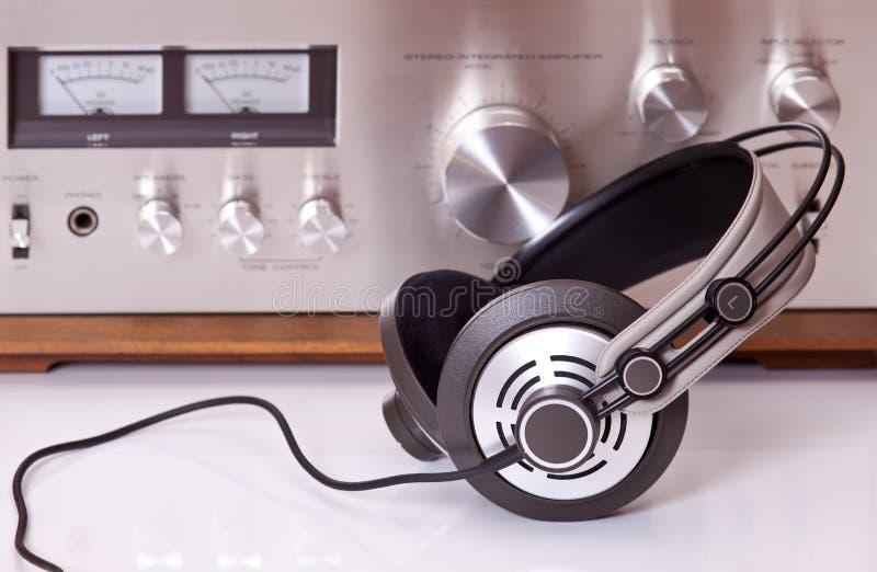 Ακουστικά που συνδέονται με το εκλεκτής ποιότητας ηχητικό στερεοφωνικό συγκρότημα στοκ εικόνες με δικαίωμα ελεύθερης χρήσης