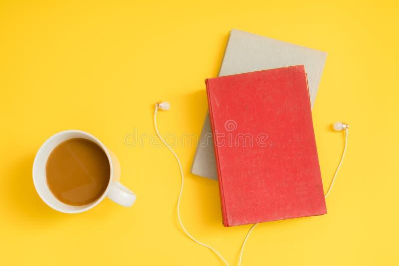 Ακουστική έννοια βιβλίων Ακουστικά, καφές και σκληρό βιβλίο κάλυψης στοκ φωτογραφία με δικαίωμα ελεύθερης χρήσης