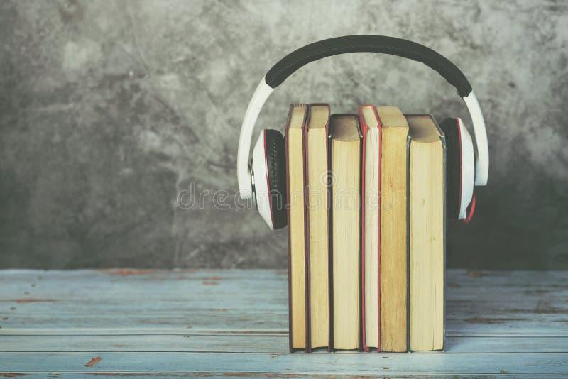 Ακουστική έννοια βιβλίων, βιβλία και ακουστικά στοκ εικόνες