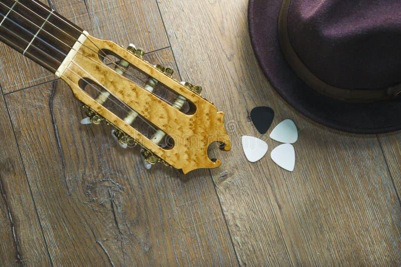 Ακουστική επιλογή κιθάρων καπέλων κιθάρων στο ξύλινο υπόβαθρο στοκ εικόνες