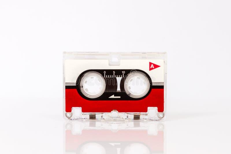 Ακουστική κασέτα μικροϋπολογιστών που απομονώνεται στο άσπρο υπόβαθρο στοκ εικόνα