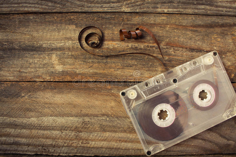 Ακουστική κασέτα στο παλαιό ξύλινο υπόβαθρο στοκ εικόνες