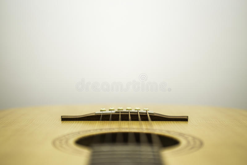 Ακουστική κιθάρα κάτω από τις σειρές στοκ εικόνες με δικαίωμα ελεύθερης χρήσης