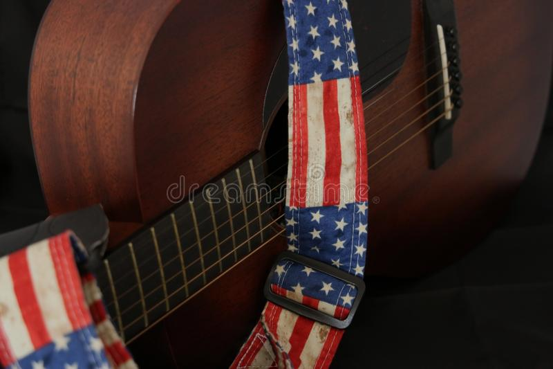 Ακουστική κιθάρα με το λουρί αμερικανικών σημαιών στοκ φωτογραφία