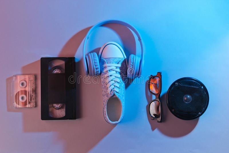 Ακουστική, τηλεοπτική κασέτα, ακουστικά, πάνινα παπούτσια στοκ εικόνα με δικαίωμα ελεύθερης χρήσης