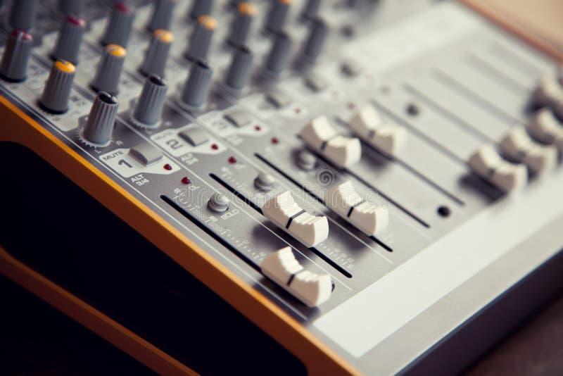Ακουστικοί ολισθαίνοντες ρυθμιστές, faders και kno πινάκων εξισωτών αναμικτών στούντιο υγιείς στοκ φωτογραφία