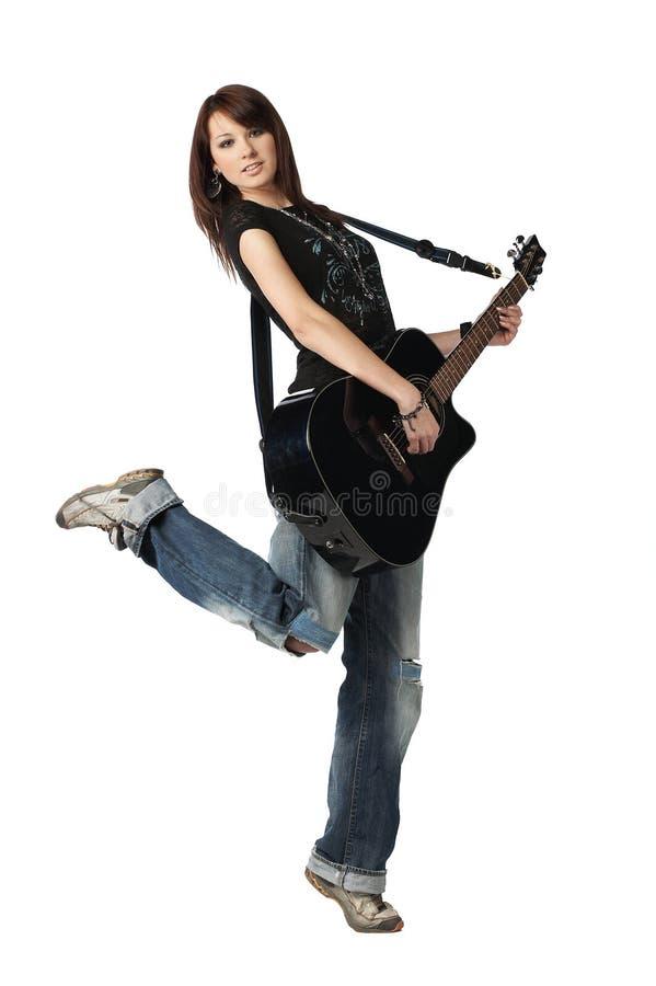 ακουστικός παίζοντας έφηβος κιθάρων κοριτσιών στοκ φωτογραφία