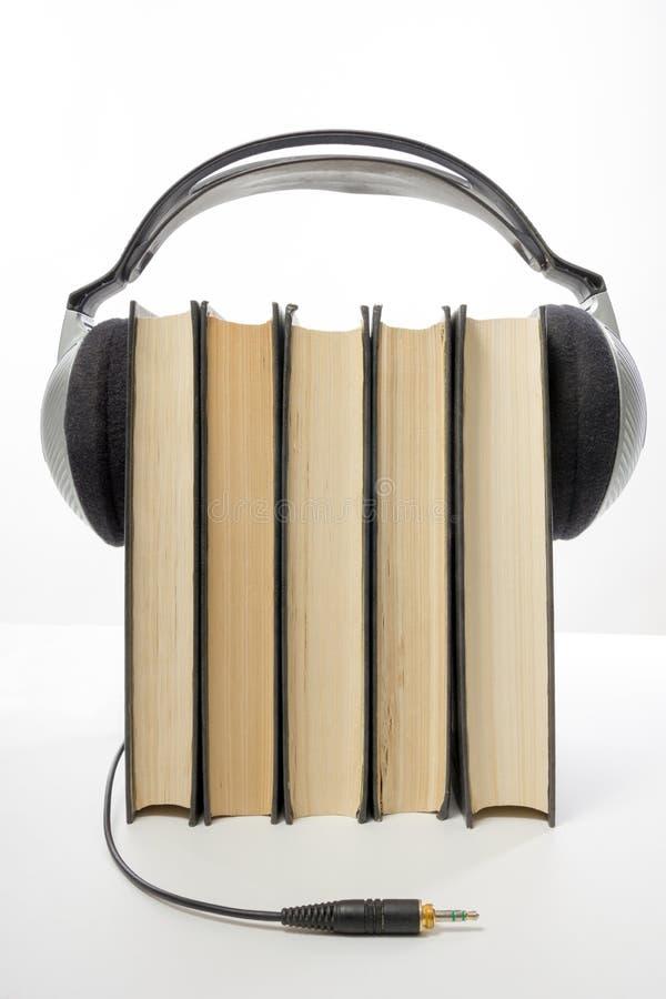 Ακουστικός σωρός βιβλίων των βιβλίων βιβλίων με σκληρό εξώφυλλο και του ηλεκτρονικού αναγνώστη ηλεκτρονική βιβλιοθήκη έννοιας πίσ στοκ εικόνα