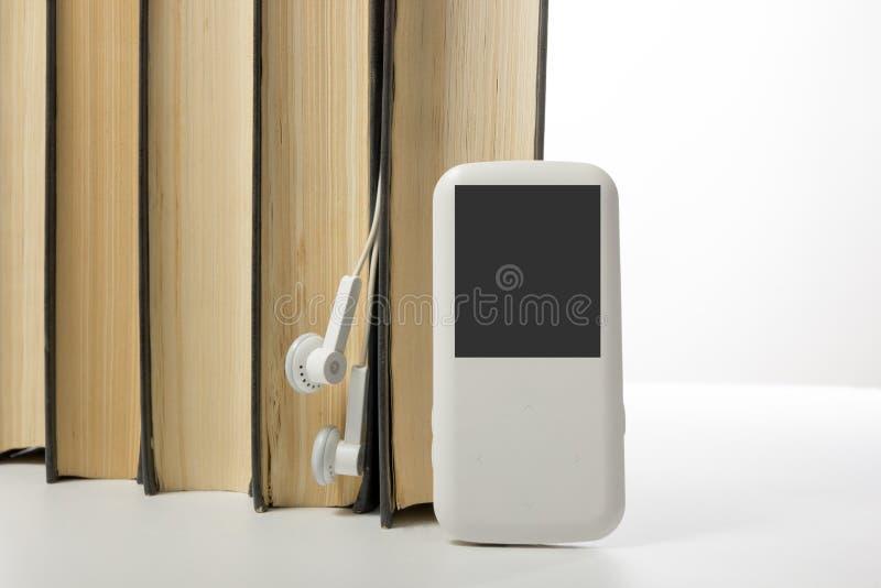 Ακουστικός σωρός βιβλίων των βιβλίων βιβλίων με σκληρό εξώφυλλο και του ηλεκτρονικού αναγνώστη ηλεκτρονική βιβλιοθήκη έννοιας πίσ στοκ εικόνες