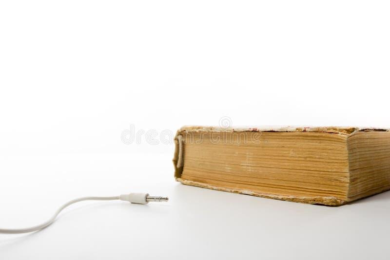 Ακουστικός σωρός βιβλίων των βιβλίων βιβλίων με σκληρό εξώφυλλο και του ηλεκτρονικού αναγνώστη ηλεκτρονική βιβλιοθήκη έννοιας πίσ στοκ φωτογραφίες με δικαίωμα ελεύθερης χρήσης