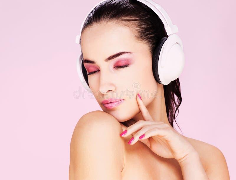 ακούοντας γυναίκα μουσικής ακουστικών στοκ φωτογραφίες με δικαίωμα ελεύθερης χρήσης