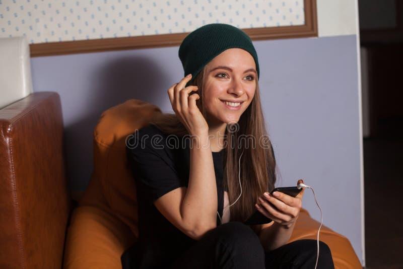 ακούοντας γυναίκα μουσικής στοκ εικόνες με δικαίωμα ελεύθερης χρήσης