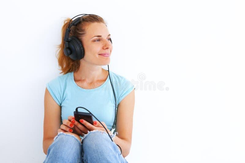 ακούοντας νεολαίες γυ στοκ εικόνα με δικαίωμα ελεύθερης χρήσης