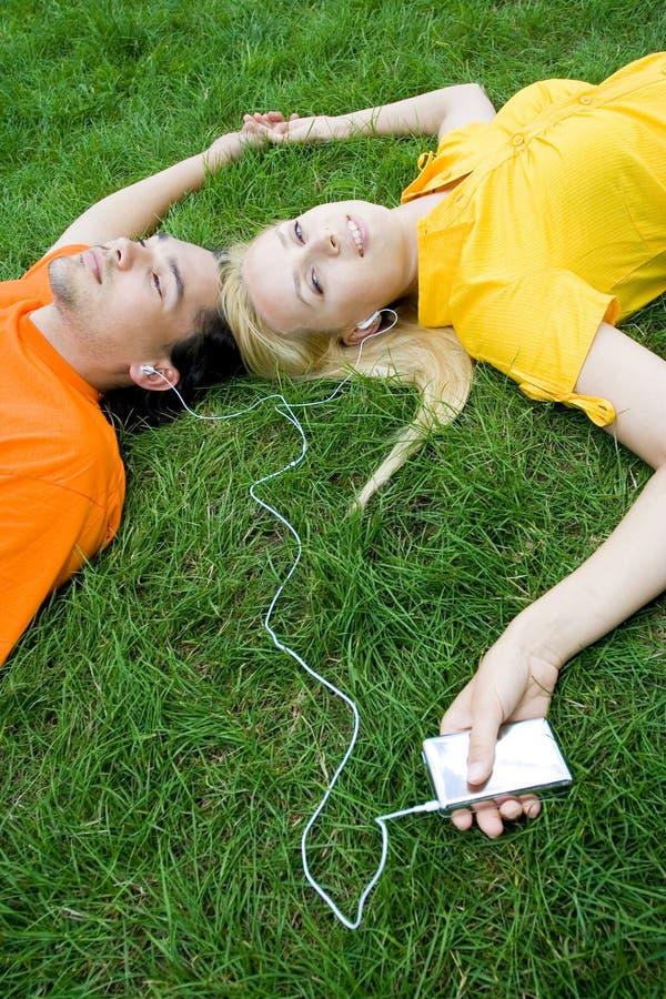 ακούοντας mp3 φορέας ζευγώ στοκ εικόνα με δικαίωμα ελεύθερης χρήσης