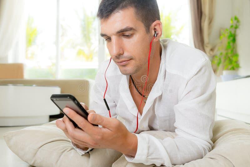 ακούστε μουσική ατόμων στοκ φωτογραφία με δικαίωμα ελεύθερης χρήσης