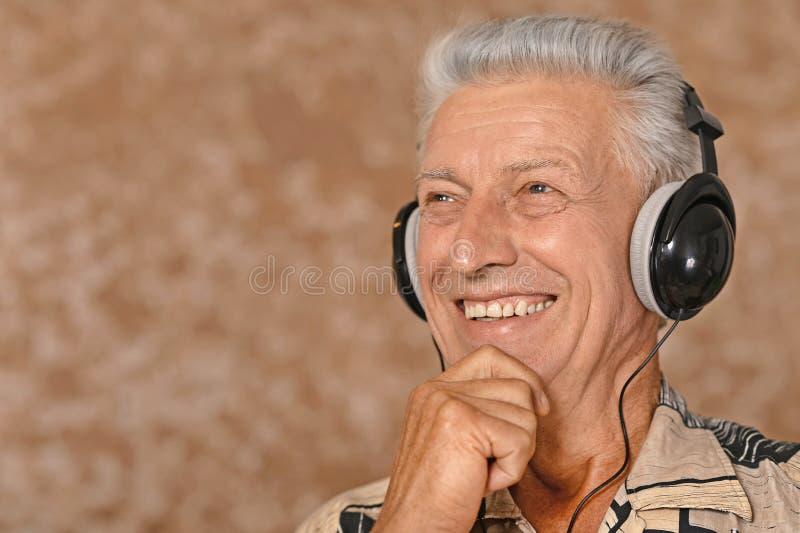 Download ακούστε μουσική ατόμων στοκ εικόνα. εικόνα από γήρανσης - 62723037