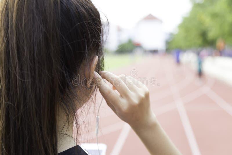 Ακούστε μουσική την άσκηση στοκ εικόνες
