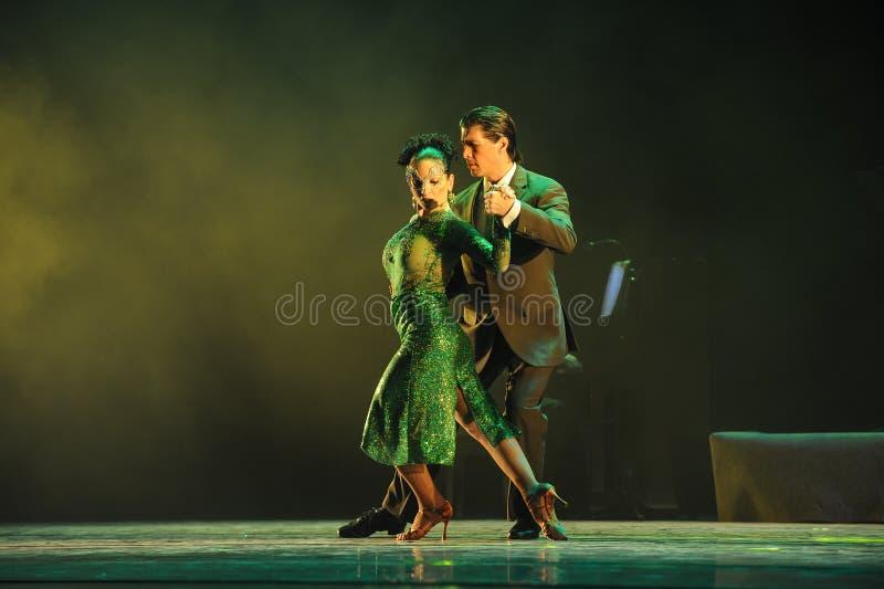 Ακολουθήστε άλλων στο κάθε η βήμα-ταυτότητα του δράματος χορού μυστήριο-τανγκό στοκ εικόνα με δικαίωμα ελεύθερης χρήσης