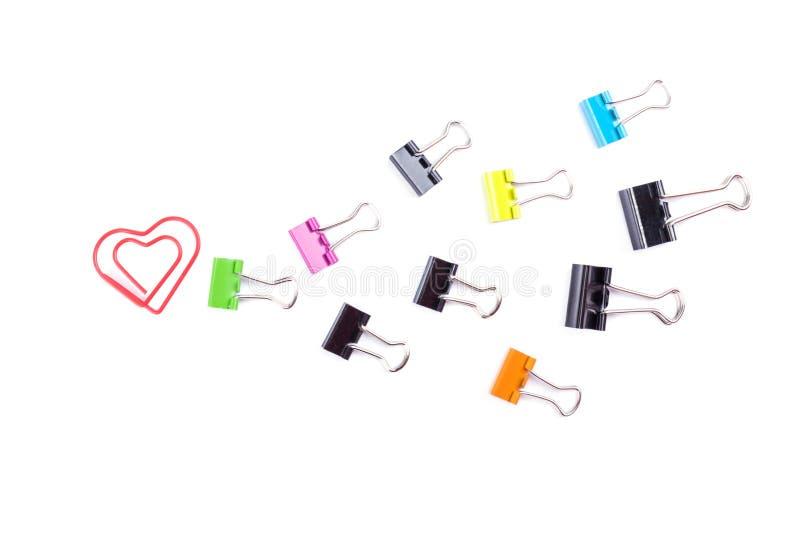 Ακολουθήστε ότι η καρδιά που γίνεται από τους πολύχρωμους συνδέσμους συνδετήρων εγγράφου απομονώνει στοκ φωτογραφία με δικαίωμα ελεύθερης χρήσης