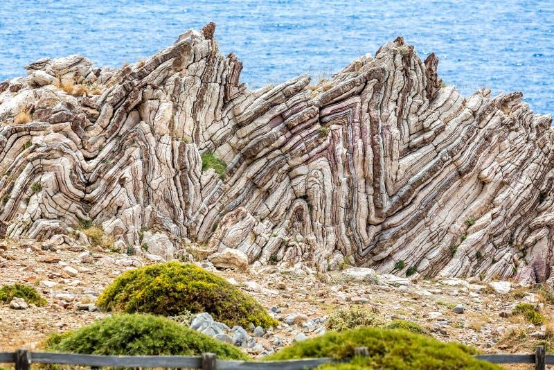 Ακραίες γεωλογικές πτυχές, anticlines και synclines, στην Κρήτη, Ελλάδα στοκ φωτογραφία