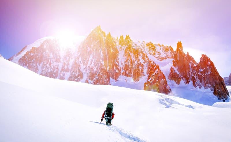 ακραίος αθλητισμός Απομονωμένοι οδοιπόροι στα χειμερινά βουνά στοκ εικόνα