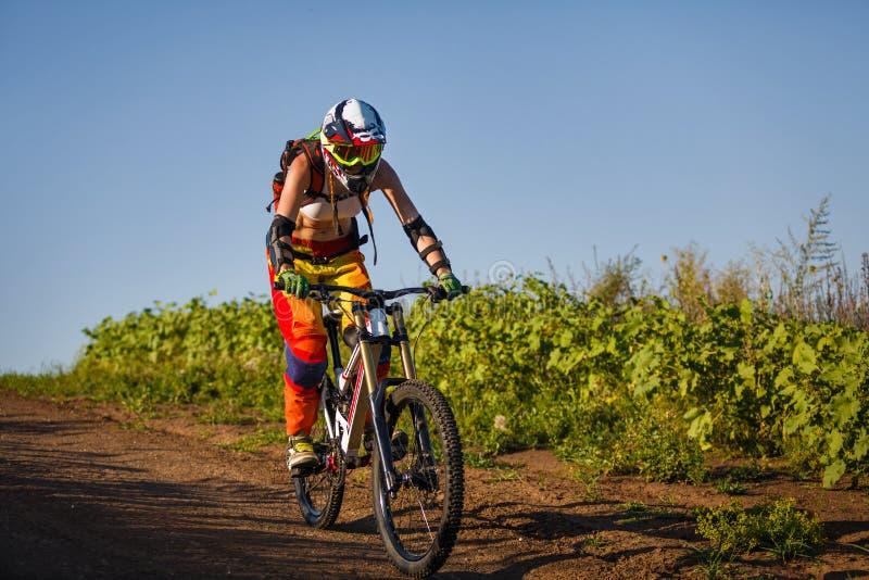 Ακραίος αθλητισμός - νέα γυναίκα που οδηγά προς τα κάτω το ποδήλατο στοκ εικόνα με δικαίωμα ελεύθερης χρήσης