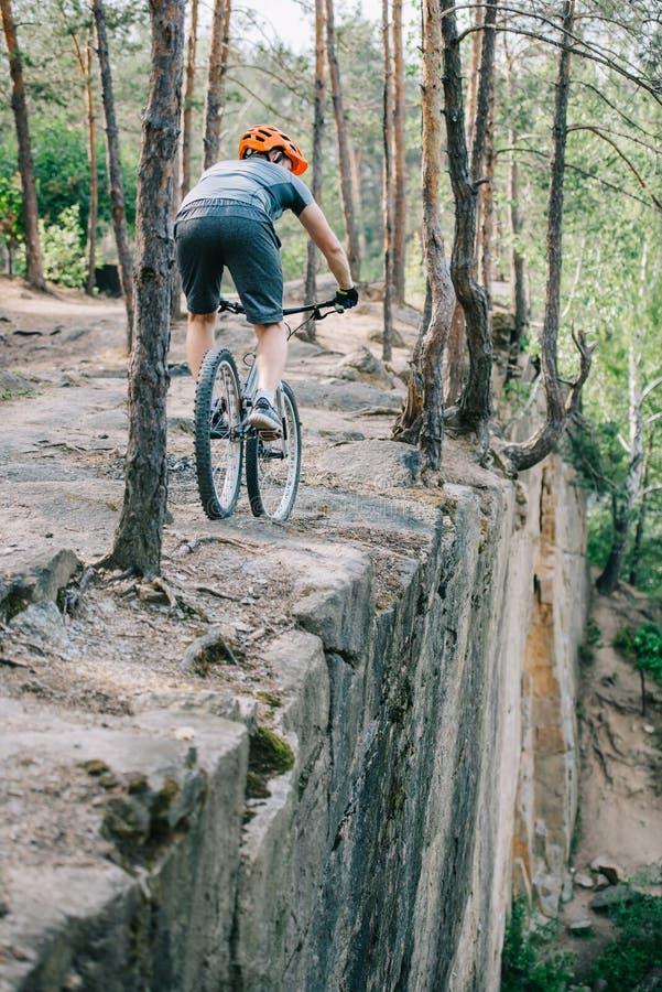 ακραίος δοκιμαστικός ποδηλάτης που οδηγά στον απότομο βράχο στοκ φωτογραφία με δικαίωμα ελεύθερης χρήσης