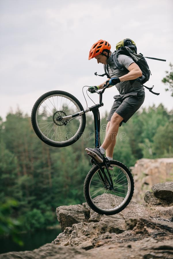 ακραίος δοκιμαστικός ποδηλάτης που στέκεται στην πίσω ρόδα στοκ εικόνες με δικαίωμα ελεύθερης χρήσης