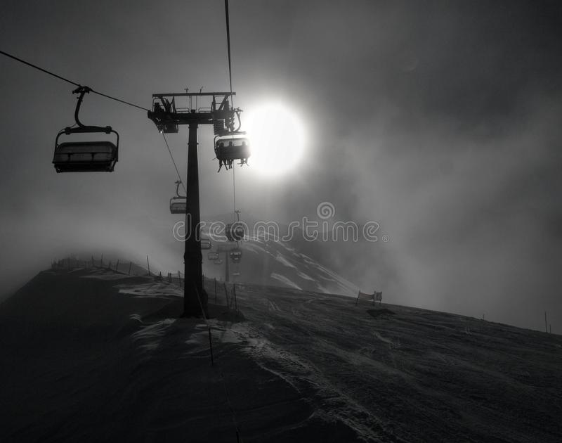 Ακραίος καιρός στην κλίση για κάτω να κάνει σκι λόφων. στοκ φωτογραφία