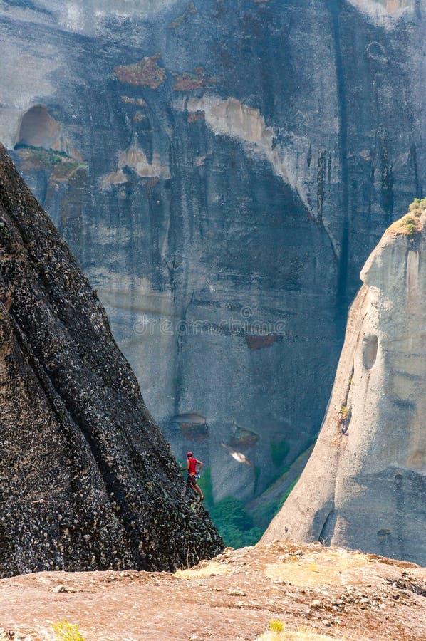 Ακραίος ορειβάτης βράχου που αναρριχείται στην αιχμή ένας από τους απότομους βράχους σχηματισμών βράχου Meteora στοκ εικόνες με δικαίωμα ελεύθερης χρήσης