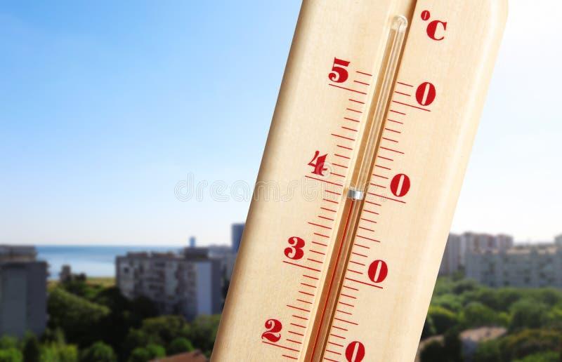 Ακραίος υψηλής θερμοκρασίας στο θερμόμετρο στοκ εικόνα
